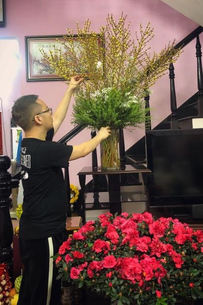 Chung Thanh Phong tự tay cắm những bình hoa