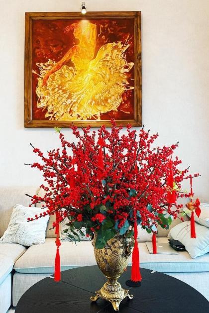 Vợ chồng Lê Hiếu chỉ trưngduy nhất bình hoa đào đông để mang đến không khí Tết cho ngôi nhà.