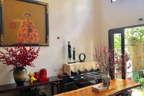 Phòng khách nhà ca sĩ Quang Dũng rực rỡ sắc hồng