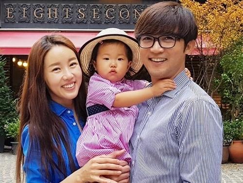 Tài tử Ahn Jae Wook dạy con gái ba tuổi quỳ tạ lễ bố mẹ - 2