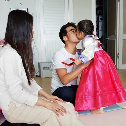 Sau hành lễ, bé Ahn Suh Hyun chạy lại hôn bố, mẹ.