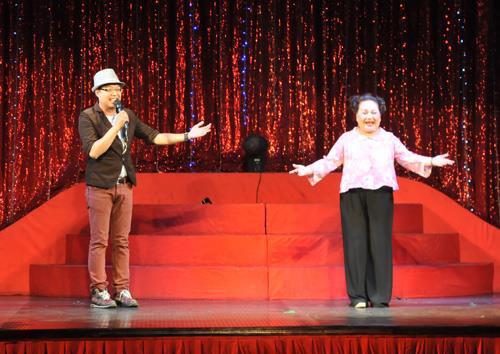 Nghệ sĩ Ngọc Giàu trên sân khấu kịch.