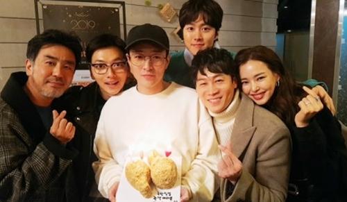 Đạo diễn Lee Byung Hun và dàn diễn viên chính ăn mừng thành công của phim.