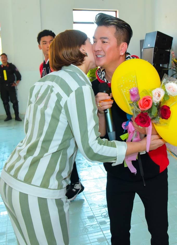 Đàm Vĩnh Hưng ôm hôn các nữ phạm nhân ngày Tết