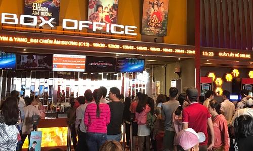 Nhiều khách xếp hàng mua vé mùng Một Tết tại một cụm rạp.