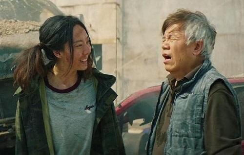 Ngạc Tĩnh Văn xuất hiện với tạo hình bụi bặm trong hầu hết phim.