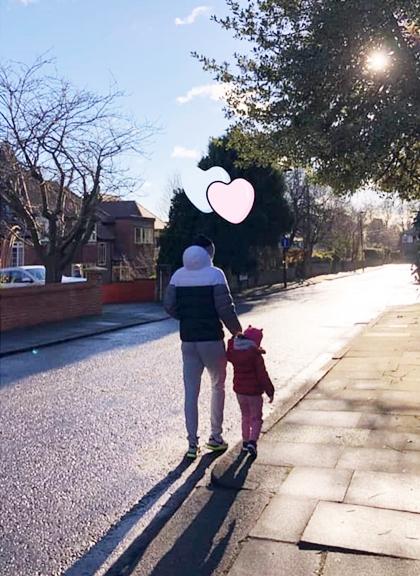 Han Hye Jin ghi lại khoảnh khắc chồng dẫn con gái đi dạo.