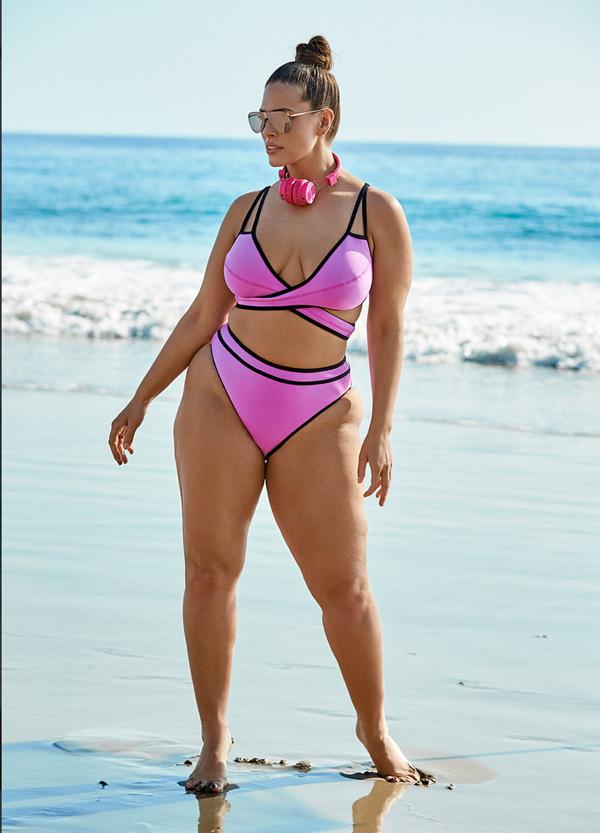 Siêu mẫu béo khoe vòng eo 98 cm với đồ bơi