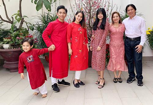 Vợ chồng Khánh Thi - Phan Hiển đưa hai con sang nhà nội. Kiện tướng dancesport tiết lộ bố mẹ chồng cô đang xây một ngôi nhà mới cho các cháu.