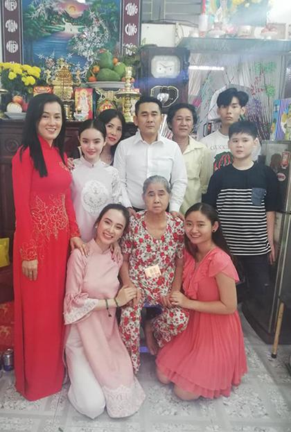 Hình ảnh đoàn tụ ấm áp của gia đình Angela Phương Trinh trong ngày mùng một Tết. Cô chia sẻ năm nào cô cũng giữ thói quen về quê nội đón năm mới.