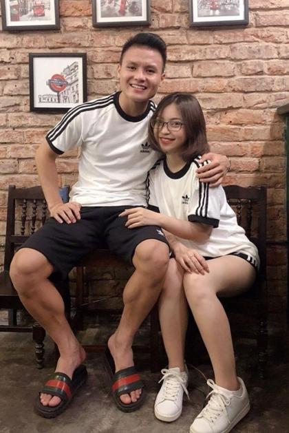 Sở thích diện áo đôi cùng người yêu của cầu thủ Việt
