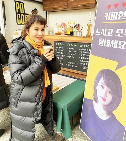 Uhm Jung Hwa chia sẻ khoảnh khắc thư giãn bên xe cà phê bạn thân tặng.