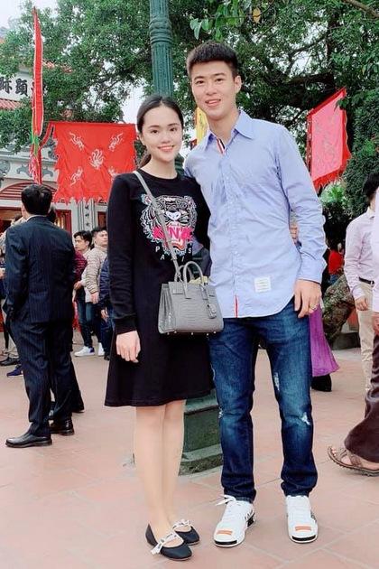 Duy Mạnh nổi tiếng đội tuyển Việt Nam khi sở hữu nhiều món đồ hàng hiệu đắt giá. Trong dịp du Xuân đầu năm cùng bạn gái, anh chọn 1 thiết kế của Louis Vuitton với màu trắng trẻ trung nhấn nhá từ chút đỏ của tên thương hiệu. Đôi giày có giá trên 10 triệu đồng.