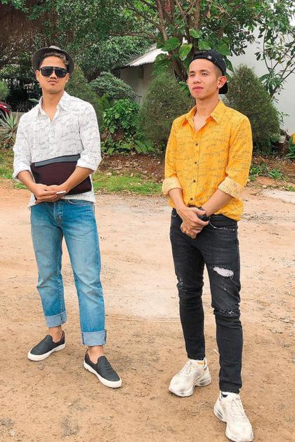 Hồng Duy chọn thời trang du Xuân khá trẻ trung, anh mặc sơ mi màu vàng nổi bật mix cùng quần jean đen và điểm nhấn từ đôi giày Gucci đế bánh mỳ màu kem. Được biết, đôi giày có giá 890 USD, khoảng hơn 20 triệu đồng.