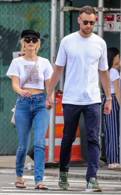 Tháng 7/2018, Lawrence và bạn trai nắm tay nhau đi dạo ở New York. Họ đi ăn tại một quán cà phê ở trung tâm thành phố. Sau đó, cả hai đến một nhà hàng khác gặp gỡ bạn bè.