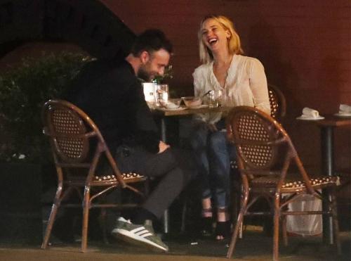 Cuối tháng 6/2018, đôi uyên ương chụp ảnh hôn nhau khi thưởng thức bữa tối dưới ánh nến tại nhà hàng Italy và quán rượu Felice 64. Vào thời điểm đó, một nguồn tin nói với E! buổi hẹn hò kéo dài khoảng ba tiếng và cả hai rất thích nhau.