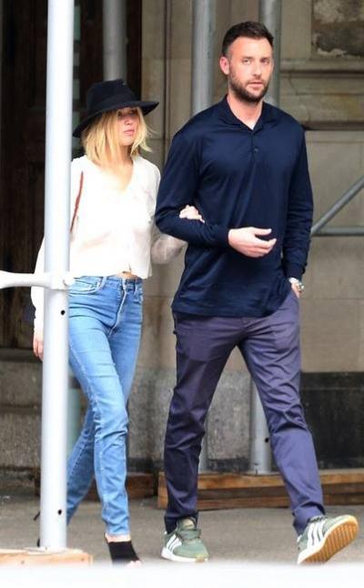 Mùa hè năm ngoái, cả hai tay trong tay trước khi gọi taxi ở thành phố New York. Lawrence toát lên vẻ năng động với quần jeans, áo mỏng, giày cao gót và mũ phớt. Trong khi đó, người tình của cô mặc một bộ đồ xanh hải quân và giày thể thao.