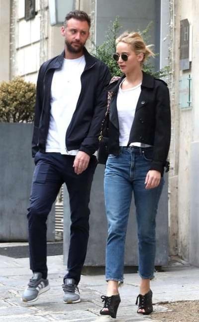 Tháng sau, cặp sao bay tới Paris dạo chơi. Cả hai gây chú ý vì kết hợp trang phục đồng điệu từ trong ra ngoài.