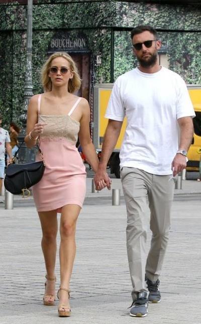 Tình cảm của hai ngày càng khăng khít. Họ có nhiều khoảnh khắc lãng mạn trên đường phố Paris vào tháng 8 năm ngoái.