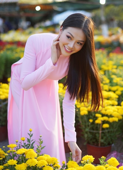 Phương Khánh dạo chợ hoa Bến Tre Tết Kỷ Hợi.