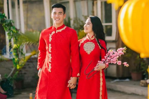 Tiến Linh và bạn gái diện áo dài đôi xuống phố.