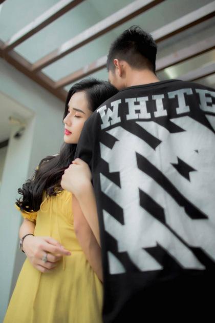 Mẫu thun của Off-white với điểm nhấn biểu tượng thương hiệu ở mặt sau của áo có giá gần 7 triệu đồng.