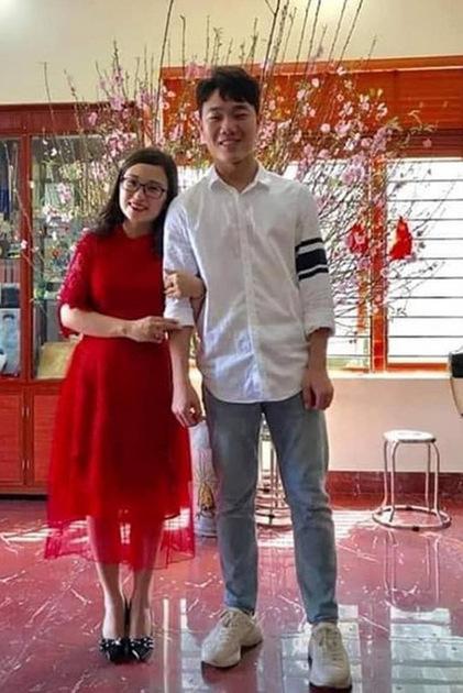 Lương Xuân Trường diệnsơ mi giản dị với cùng sneaker.
