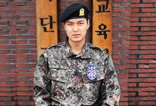 Lee Min Ho sẽ hoàn thành nghĩa vụ quân sựvào ngày 25/4. Trước đó vào tháng 5/2017, hàng trăm khán giả nữ bịn rịn tiễn anh nhập ngũ. Tài tử sinh năm 1987, nổi tiếng châu Á qua loạt phim Vườn sao băng, City Hunter, Người thừa kế hay Chuyện tình biển xanh... Anh từng hẹn hò Park Min Young, Suzy vàluôn có mặt trong bảng xếp hạng mỹ nam Hàn Quốc.