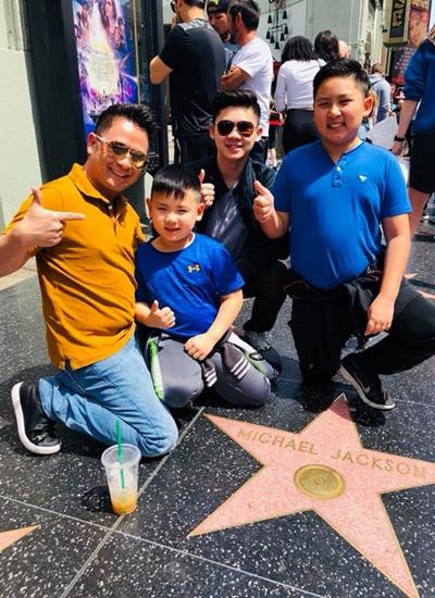 Bốn bố con Bằng Kiều trong một lần tham quan Đại lộ Danh vọng ở Hollywood và chụp ở biểu tượng ngôi sao của huyền thoại Michael Jackson.