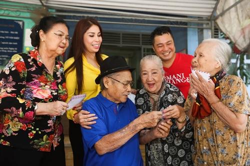Nghệ sĩ Thiên Kim và Ngọc Đáng (phải) nhận lì xì của gia đình diễn viên Lý Hùng.