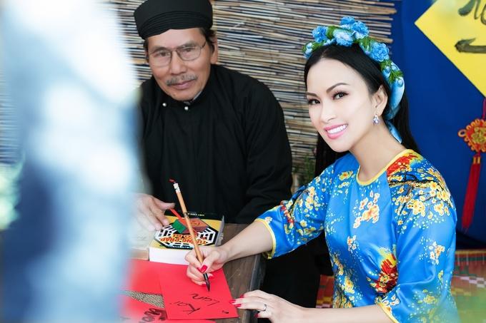 Ca sĩ Hà Phương thăm chợ Tết người Việt ở Mỹ