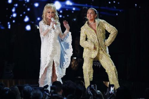 Billboard đánh giá liên khúc tôn vinh Dolly Parton là màn trình diễn hay nhất lễ trao giải năm nay. Dolly strain ca với đàn em Miley Cyrus ca khúc Jolene. Cô cũng hát bài Trio, Red Shoes cùng Miley, Maren. Katy Perry và Kacey cùng thể hiện bài Here You Come Again của huyền thoại nhạc đồng quê. Nhiều khán giả nhận xét phần biểu diễn giàu năng lượng, vui tươi, bày tỏ sự ngưỡng mộ với giọng hát khỏe khoắn ở tuổi 73 của Dolly Parton.