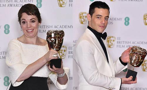 Olivia Colman (trái), Rami Malek cùng giải BAFTA. Ảnh: AFP.