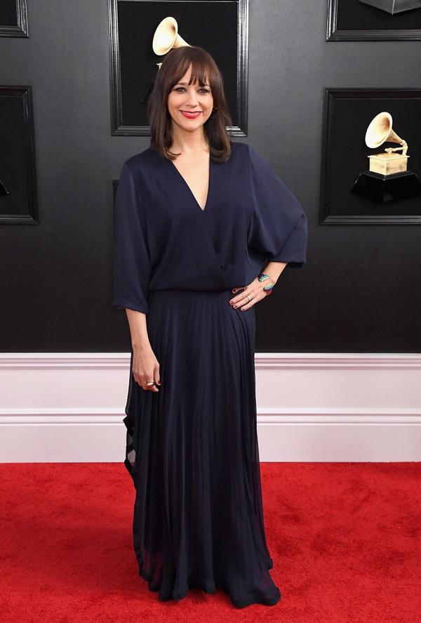 MC gốc Việt diện trang phục lộ cơ thể trên thảm đỏ Grammy
