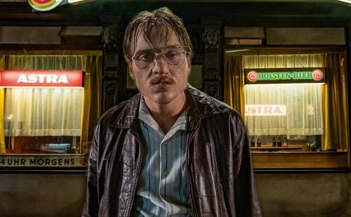 Diễn viên chính Jonas Dassler trải qua thời gian dài hóa trang để có dung mạo màn ảnhkhác xa ngoài đời.