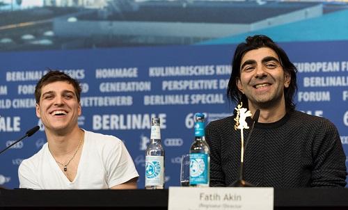 Đạo diễn Fatih Akin (phải) và diễn viên chính Jonas Dassler ở Berlin, Ảnh: Hoàng Phương.