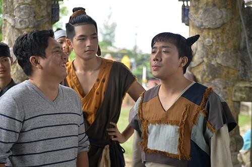 Trấn Thành (phải) và Đức Thịnh (trái) trên trường quay Trạng Quỳnh. Danh hàiđóng vai phụ trong tác phẩm này.