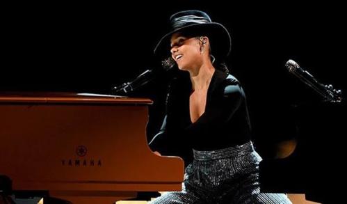 Host của chương trình - Alicia Keys - cũng có một tiết mục ấn tượng. Cô cùng lúc chơi hai chiếc piano, hát liên khúc cover. Cô chọn những bài hát kinh điển như Killing Me Softly With His Song của Roberta Flack, Unforgettable của Nat King cho đến nhiều nhạc phẩm hiện đại nhưBood Up (Ella Mai), In My Feelings (Drake).