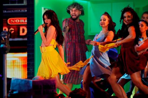 Camila Cabello (váy vàng) mở màn ấn tượng với bản hit Havana. Cô cùng dàn vũ công nhảy múa sôi động trên sân khấu đẹp mắt, tái hiện khung cảnh thành phố Havana (Cuba) trong MV ca khúc. Billboard đánh giá dù trình diễn bài hát quen thuộc, ca sĩ mang nét tươi mới vào tiết mục, khiến khán giả thích thú.