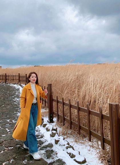 Chi Pu đến Hàn Quốc để trốn nóng. Hòn đảo Jeju với phong cảnh thanh bình là địa điểm giúp cô có chuyển nghỉ dưỡng cùng gia đình.
