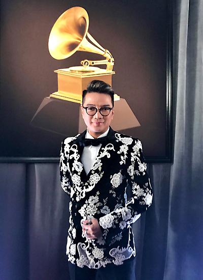 Đàm Vĩnh Hưng chụp trước biểu tượng máy quay đĩa của Grammy.
