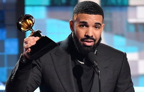 Drake khi lên nhận giải. Ảnh: REX.