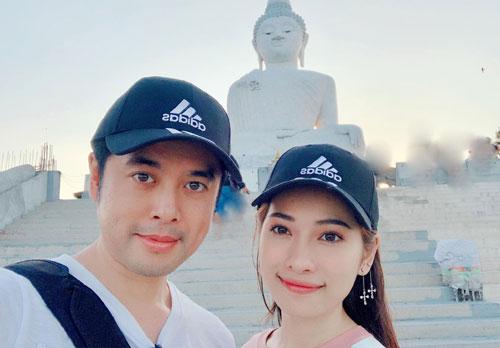 Trên trang cá nhân, nhạc sĩ Dương Khắc Linh chia sẻ hình ảnhcùng bạn gái đi Thái Lan chơi các ngày Tết. Họ chọn đảo Phuket để ngắm cảnh, khám phá các món ăn ngon. Phuket đẹp quá, chưa muốn về đâu, anh viết.