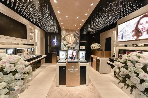 Cách bài trí giúp khách hàng của Clé de Peau Beauté được trải nghiệm không gian làm đẹp sang trọng mới mẻ cùng hệ thống dịch vụ tư vấn chăm sóc da chuyên nghiệp.