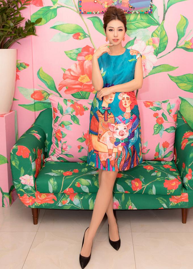 Jennifer Phạm thử váy đi lưu diễn ở Australia