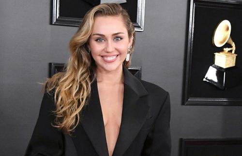 Miley Cyrus không có Liam Hemsworth đi cùng trên thảm đỏ Grammy.