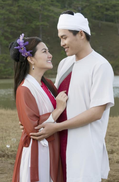 Ngọc Lan (trái) và Thành Ngọc (phải) có nhiều cảnh tình tứ trong MV.