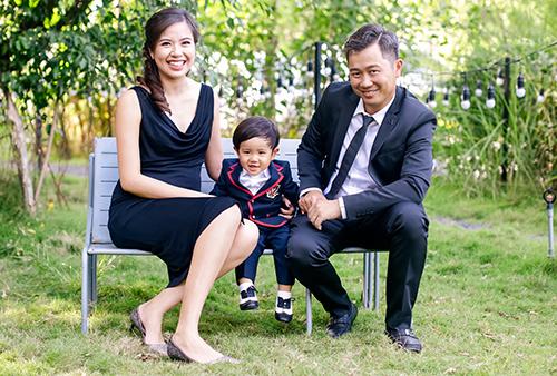 Á hậu Kiều Khanh bên chồng và con trai.