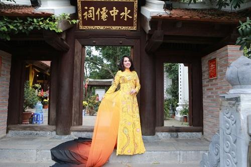 Chiếc áo dài mang tên Hồn Việt có họa tiết thêu rồng, chim công là điểm nhấn.