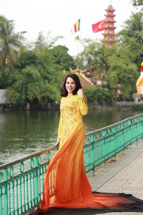 Áo dài mang tên Hồn Việt của nhà thiết kế Tuấn Hải đã được người đẹpđấu giá từ thiện cuộc thi Hoa hậu thế giới doanh nhân 2019 với giá 450 triệu, để qụyên góp ủng hộ cho trẻ em mồ côi có hoàn cảnh khó khăn.